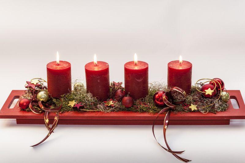 Свічки: новорічна композиція на дерев'яному піддоні