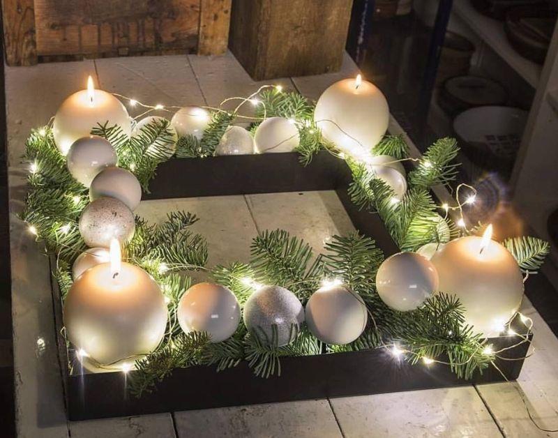 Свічки: квадратна декоративна композиція з білими кульками
