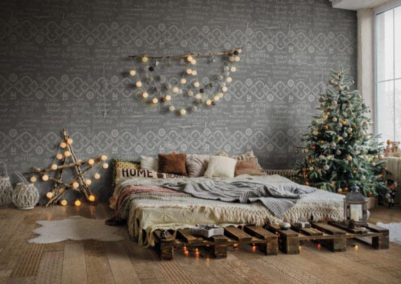 Новорічний декор для спальні: гірлянди з кульок над ліжком