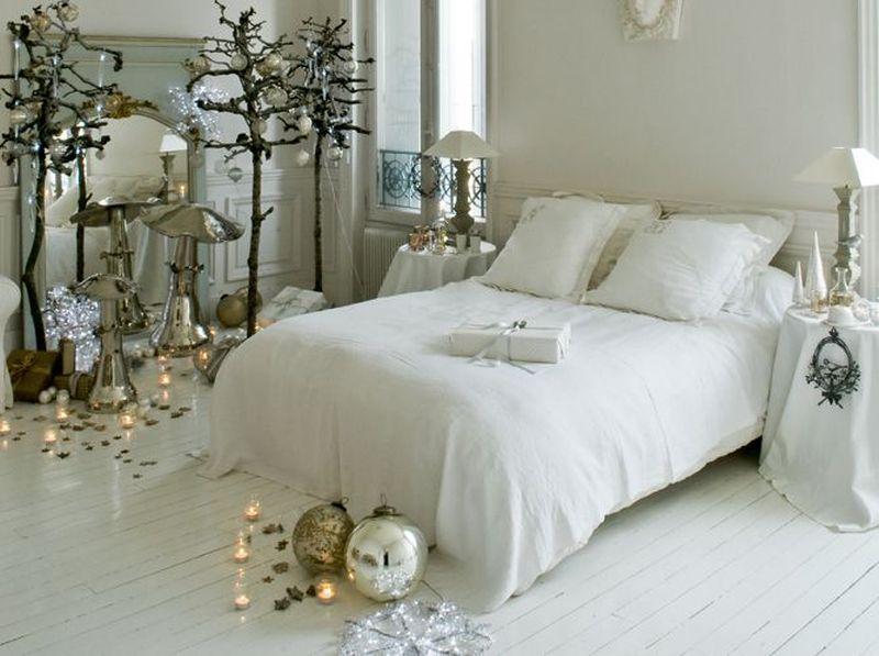 Блискучі ялинкові кульки у дизайні спальні до Нового року