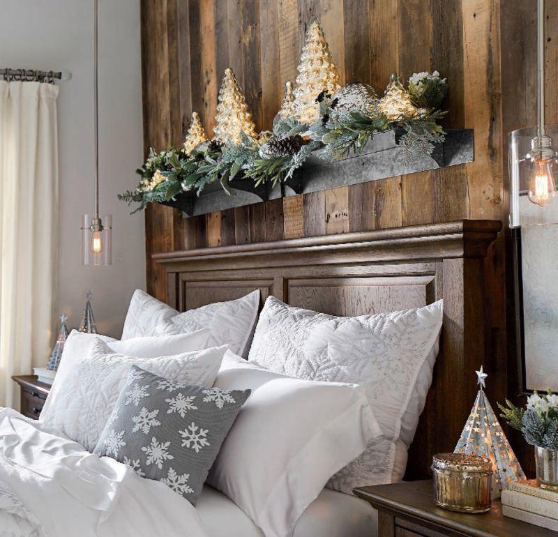 Сріблясто-біле оформлення спальні до зимових свят