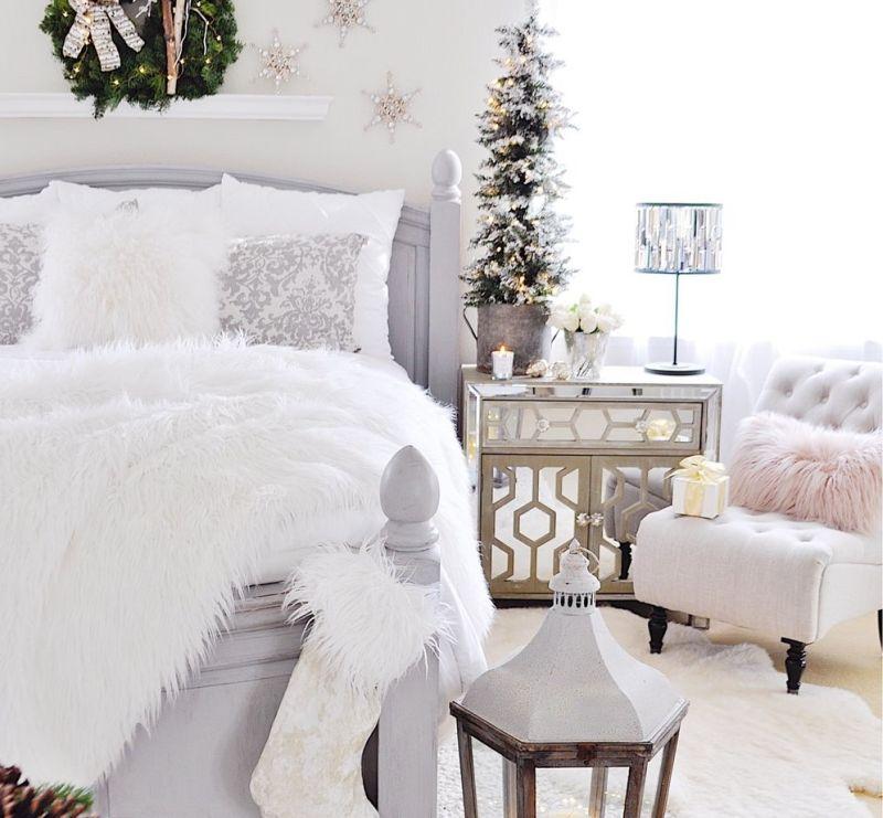 Новорічний декор для спальні: маленька ялинка на приліжковій тумбі