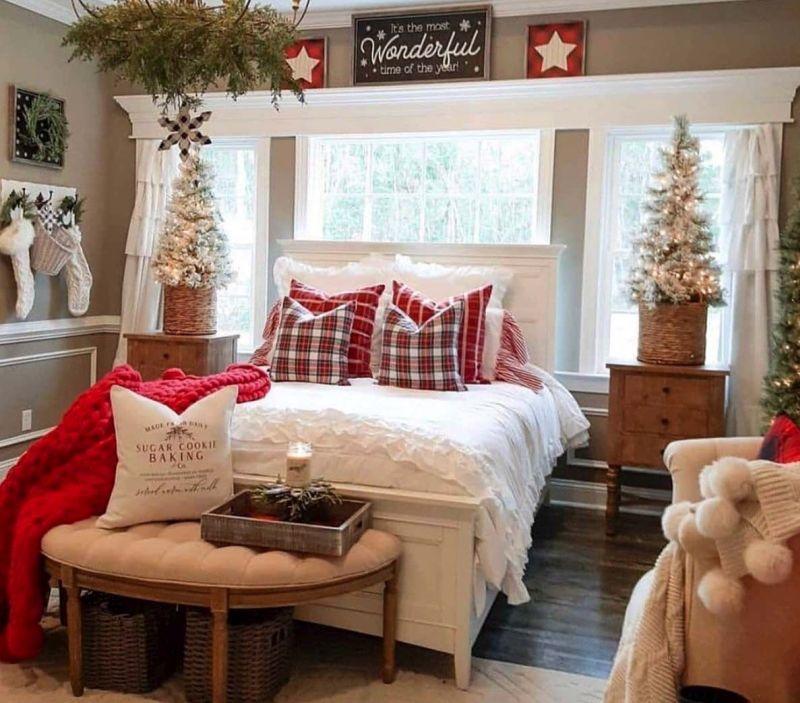Новорічний декор для спальні з ялинками та іншими прикрасами