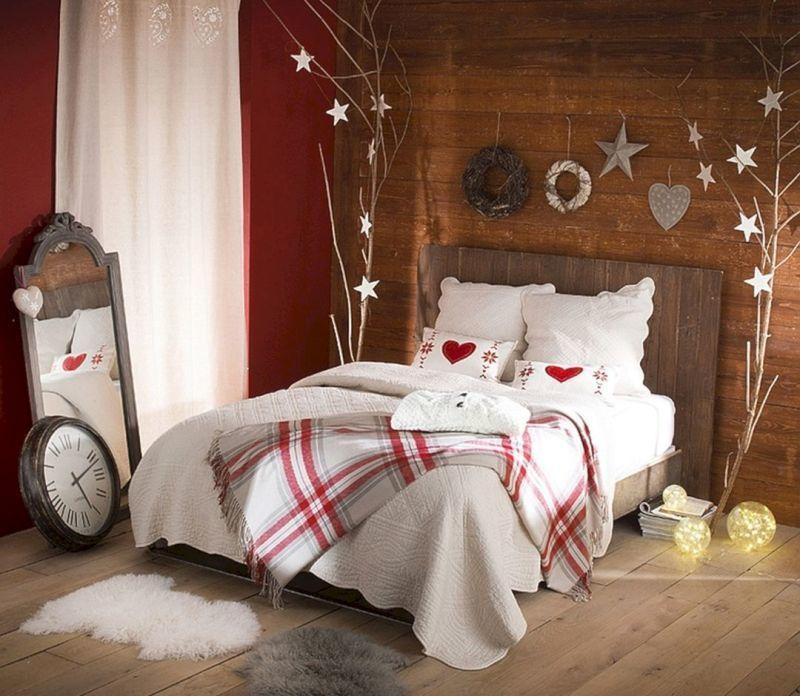Декоративні віночки та інші прикраси у новорічній спальні