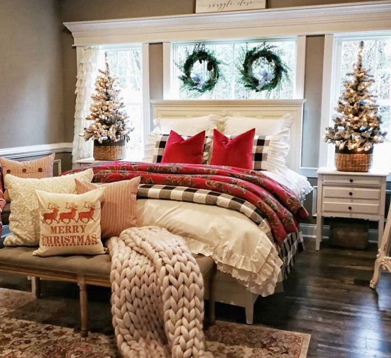 Новорічний декор для спальні: віночки, ялинки та декоративні подушки