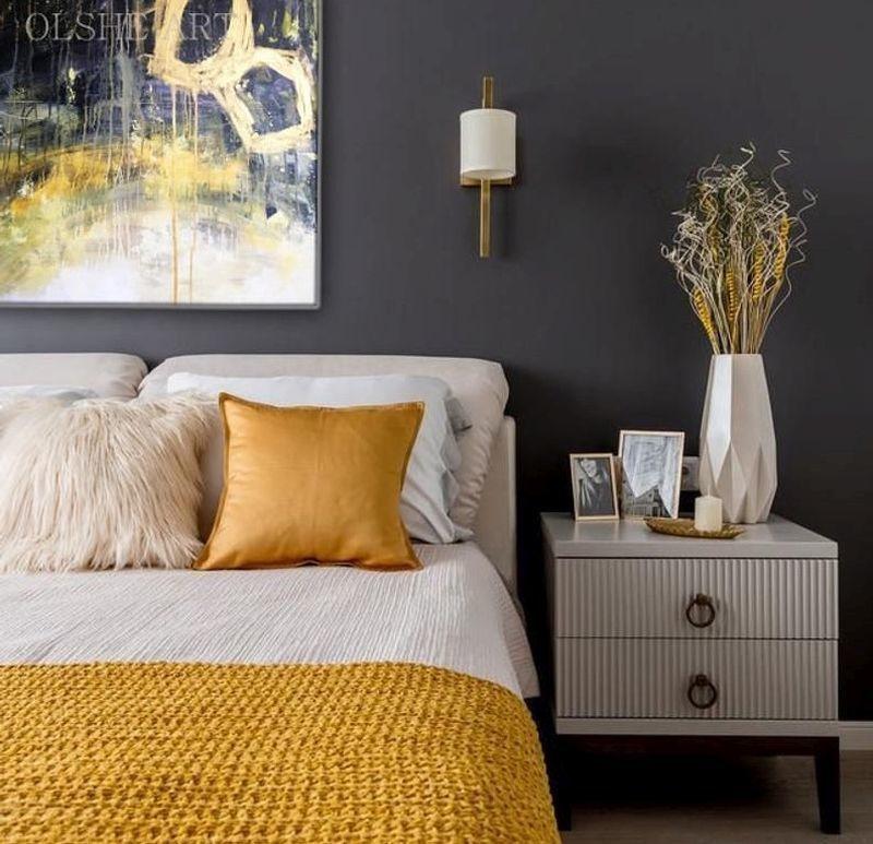 Модні кольори 2021 року в інтер'єрі: глибокий сірий та яскравий жовтий