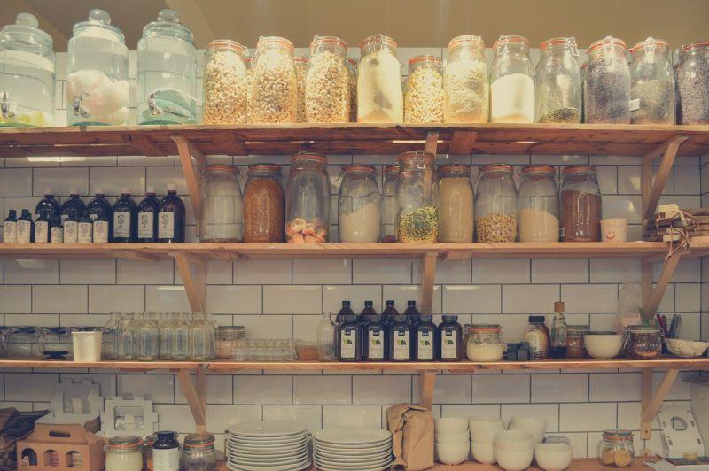 Контейнери для зберігання: скляні банки, пляшки та інше