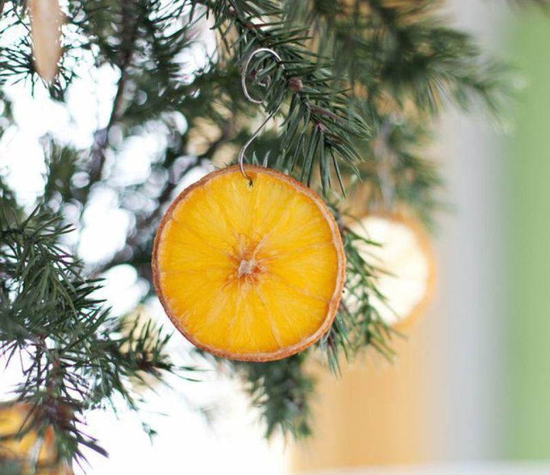 Яскрава ялинкова прикраса із засушеного апельсина