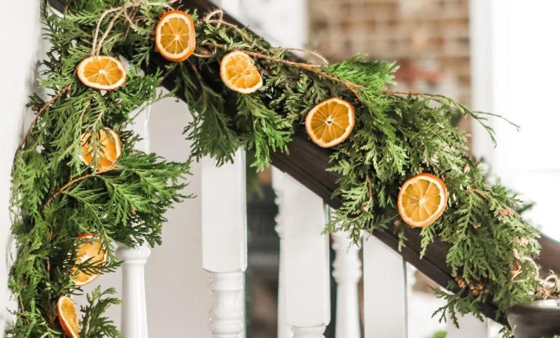 Кружальця апельсинів як елемент святкової гірлянди для сходів