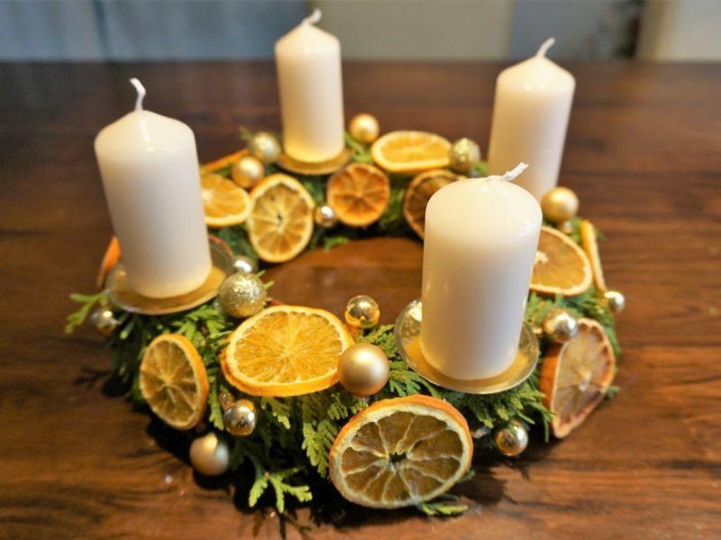 Декоративний віночок зі свічками з апельсиновим оздобленням.