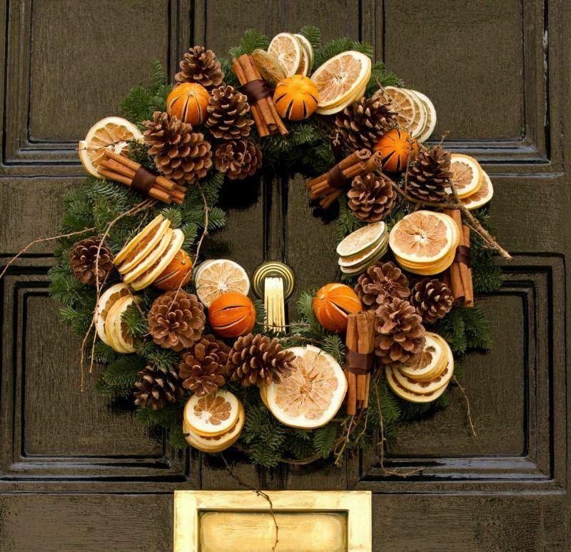 Декоративний різдвяний віночок з натуральних матеріалів