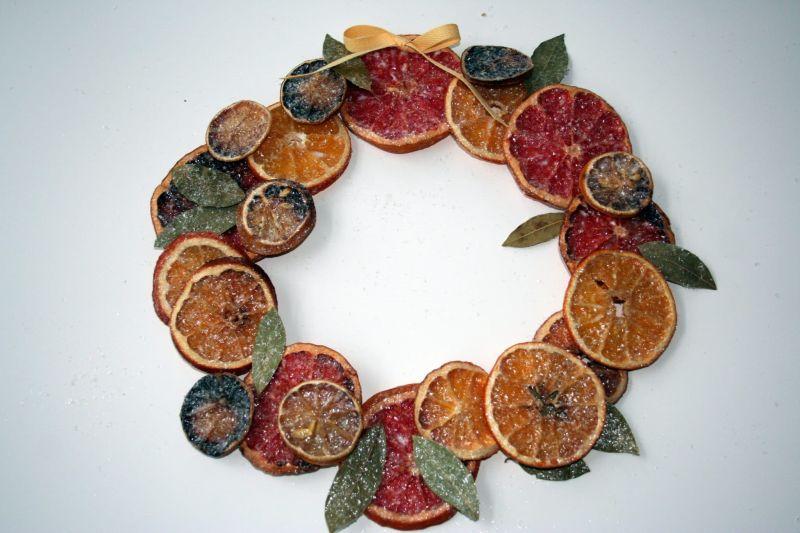 Цитрусовий декор у вигляді віночка із засушених скибочок фруктів