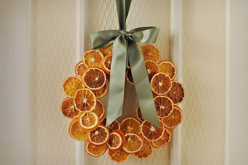 Декоративний віночок із засушених апельсинових кружальців