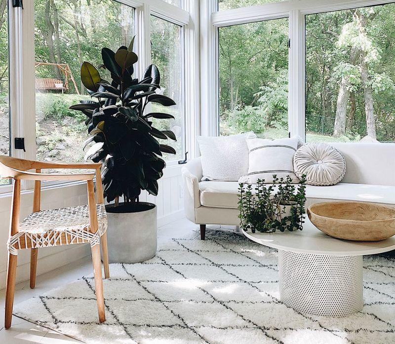 Білий килим на підлозі у білому інтер'єрі