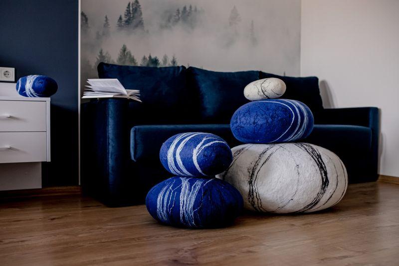 Декор 2021: м'які меблі у вигляді гальки - вовняні пуфи