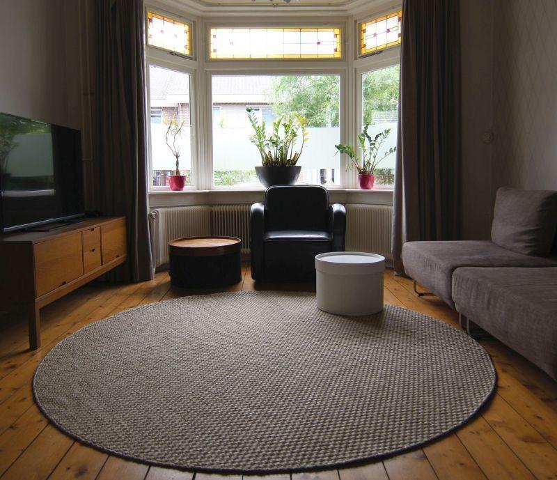 Килим круглої форми в інтер'єрі вітальні у стилі контемпорарі