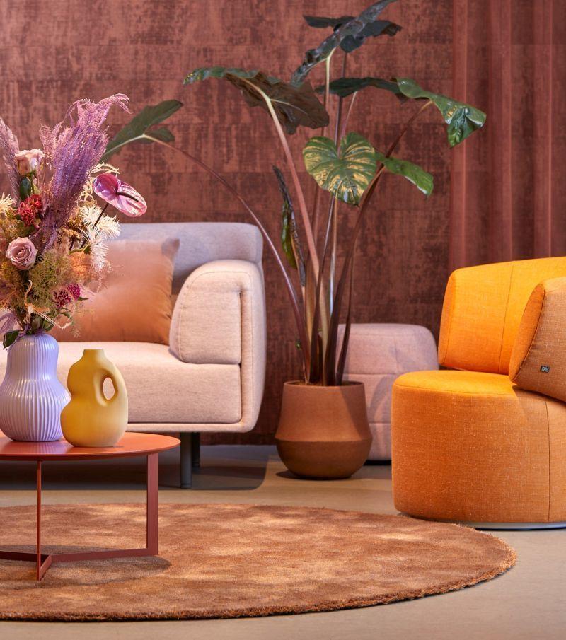 Круглий килим як об'єднувальний елемент в інтер'єрі насиченої вітальні