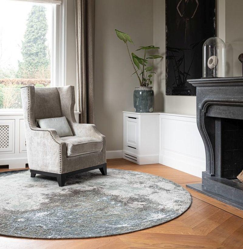 Кресло на круглому килимі біля каміну - ідеальне місце для відпочинку