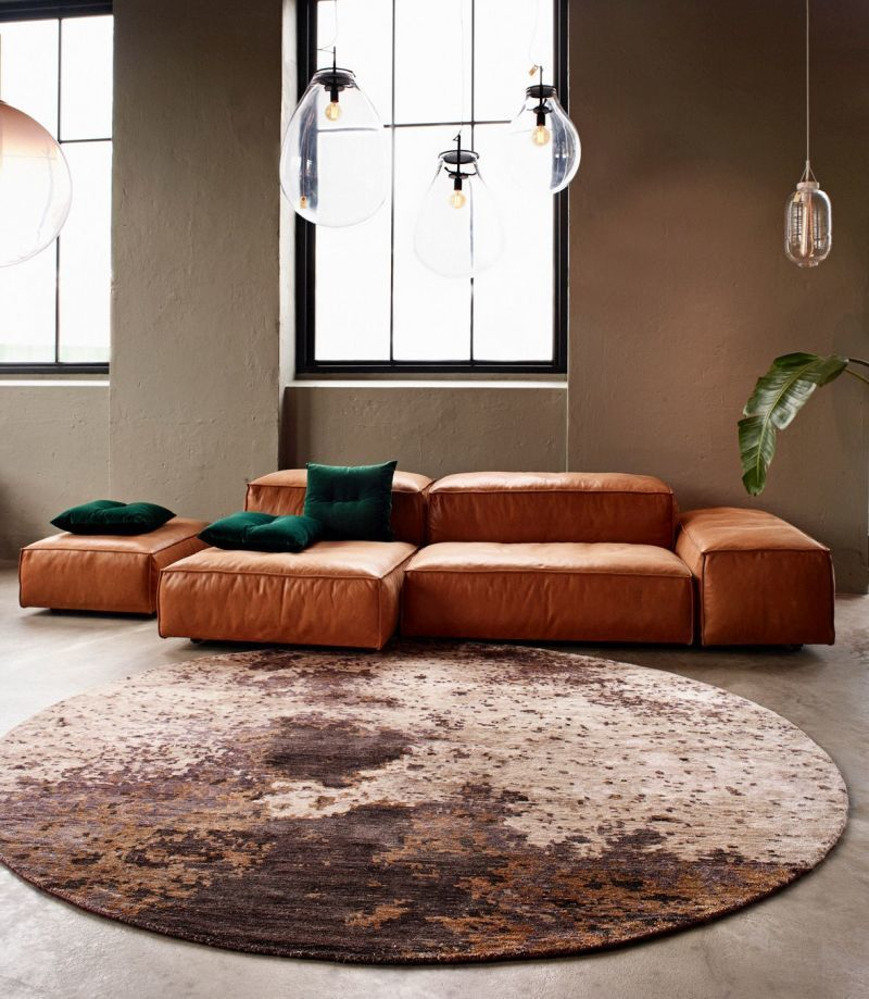 Вітальня в стилі лофт з круглим килимом