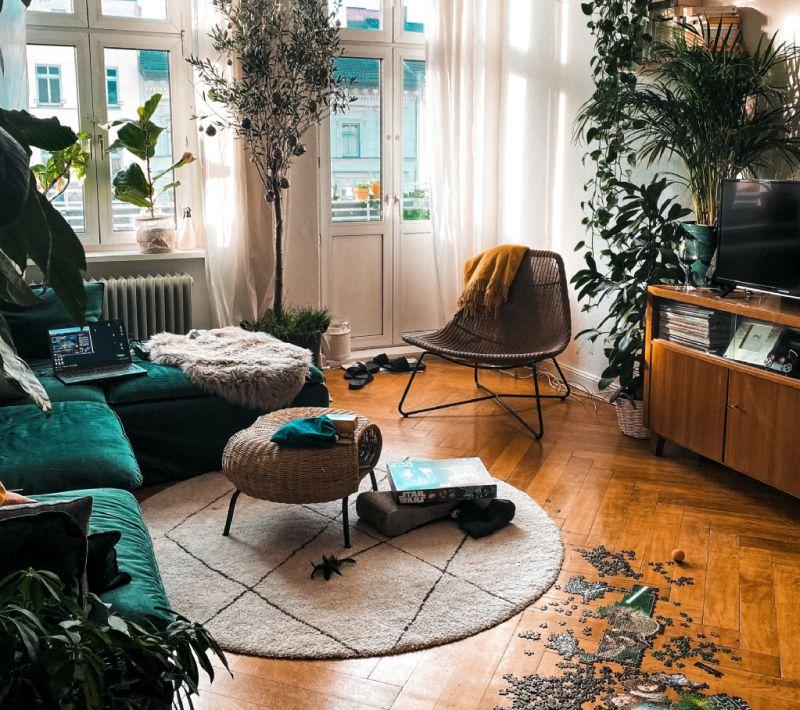 Лаконічний круглий килим із середнім ворсом у вітальні