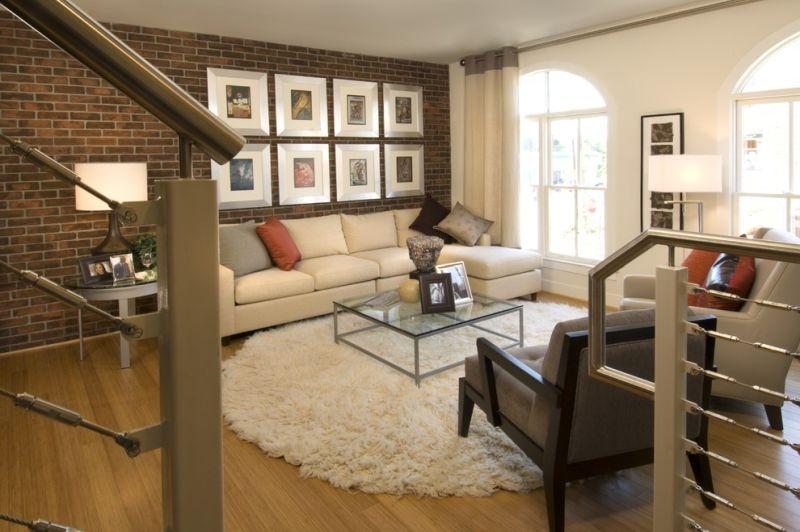 Білий колір і довгий ворс круглого килима підійдуть до будь-якого стилю вітальні