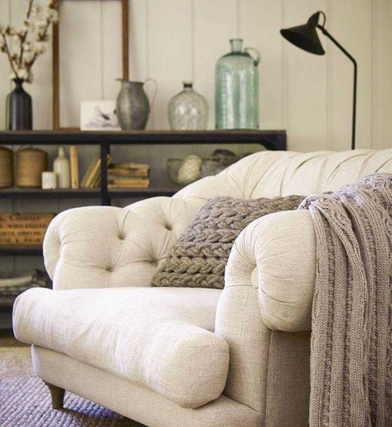 Зручні пледи та подушки на кріслі для читання