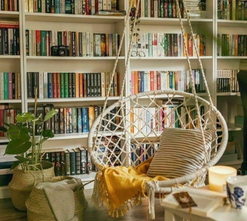 Підвісне крісло для затишного читання книжок