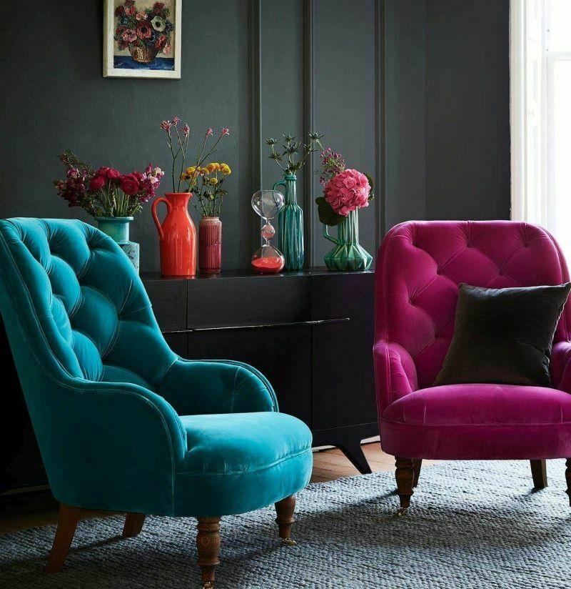Два різних крісла можуть замінити диван у вітальні