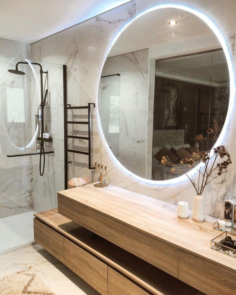 Ванна кімната 2021: кругле дзеркало з підсвічуванням в інтер'єрі