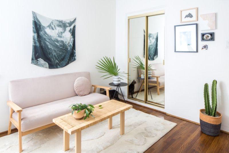Вітальня без дивана: його функції виконує лавка зі спинкою