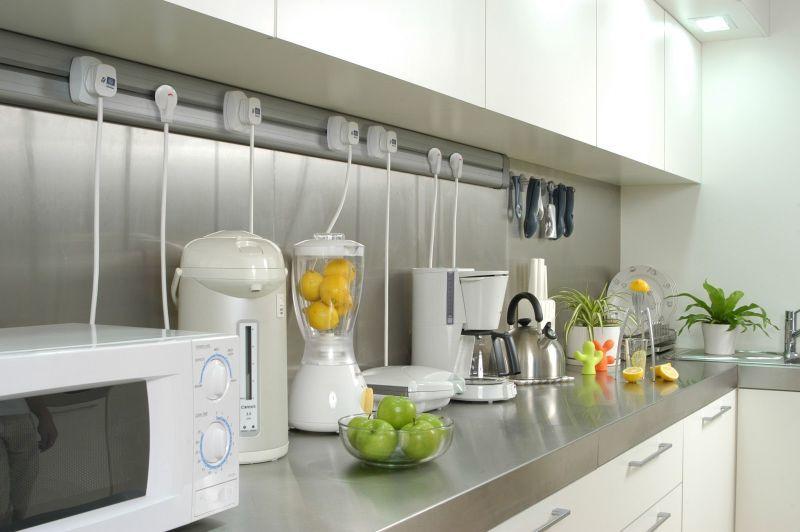 Дискомфорт на кухні через захаращеність робочої поверхні побутовими приладами