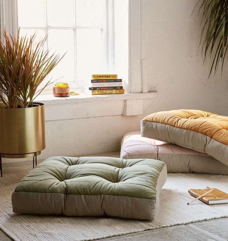 Вітальня без дивана: інтер'єр зі зручними подушками 1