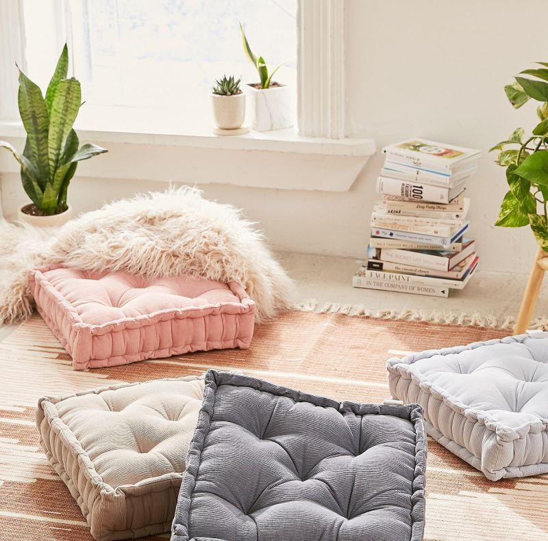 Вітальня без дивана: інтер'єр зі зручними подушками 2