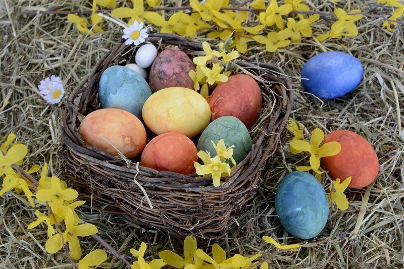 Абстрактний малюнок на фарбованих яйцях