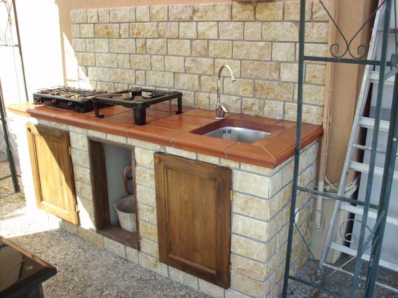 Варіант літньої кухні відкритого типу з газовою плитою