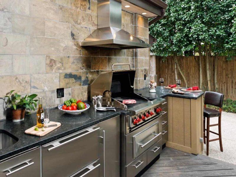 Сучасний варіант літньої кухні, розташованої поруч з будинком