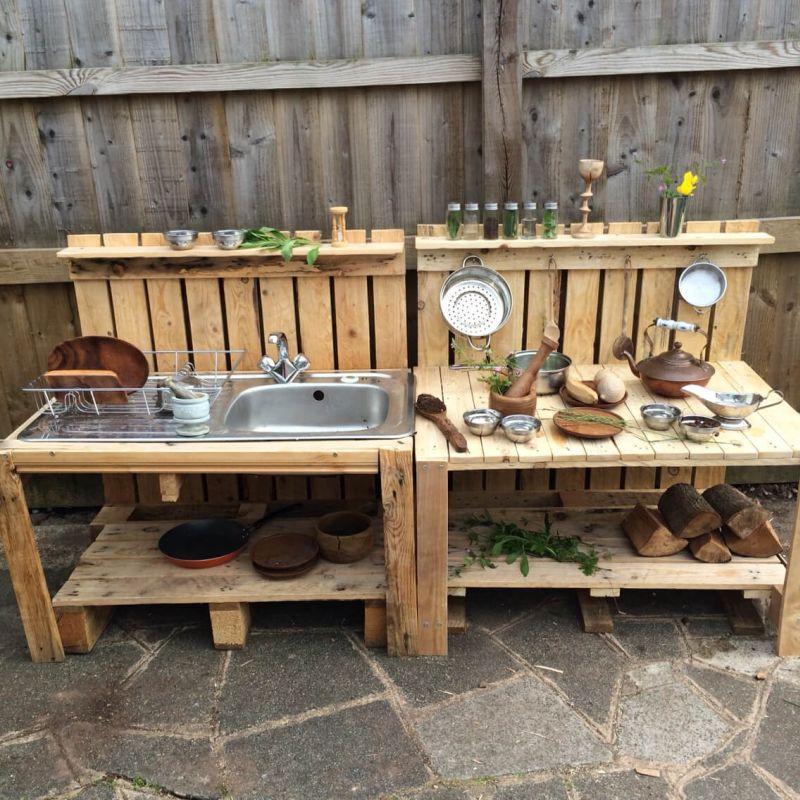 Частина літньої кухні з мийкою та дерев'яними полицями