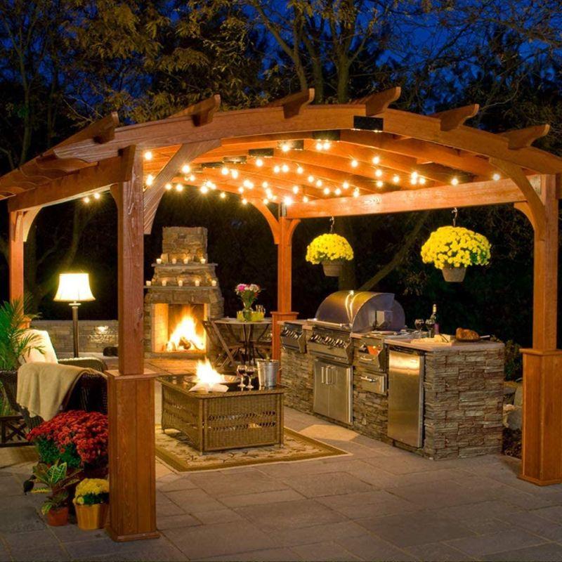 Літня кухня, освітлена гірляндою