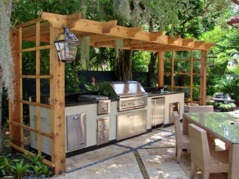 Дерев'яний навіс та сучасне обладнання для літньої кухні