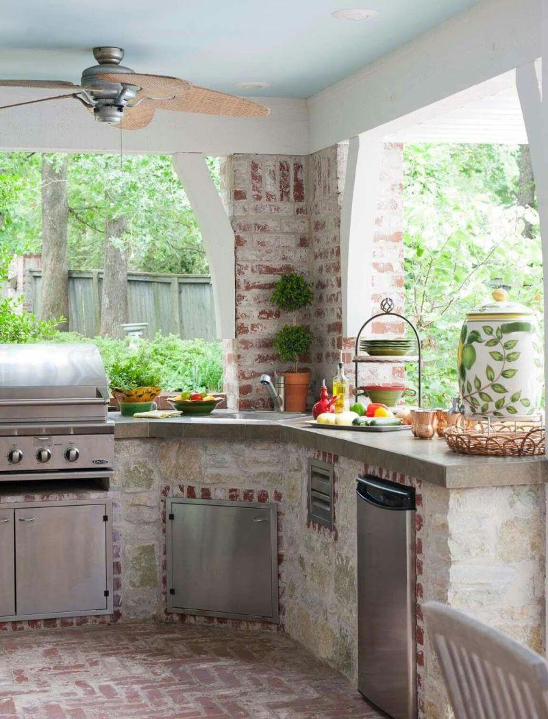 Літня кухня з цегляною основою