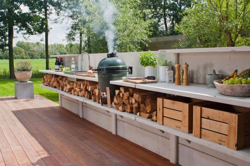 Місце для зберігання дров на літній кухні просто неба