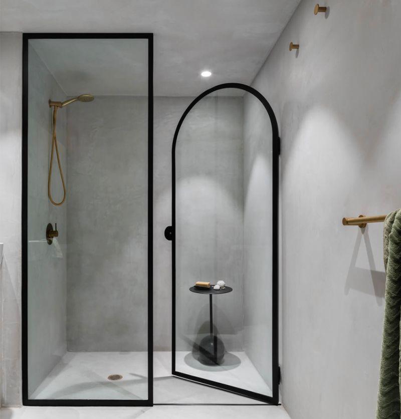 Перегородка зі скла у чорній металевій рамці для душового відсіку у ванній кімнаті