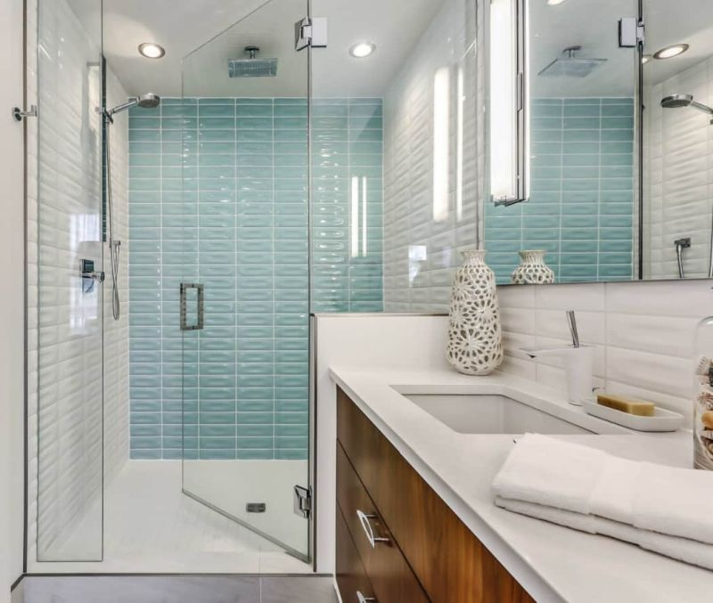 Скляна перегородка у сучасній ванній кімнаті з душем