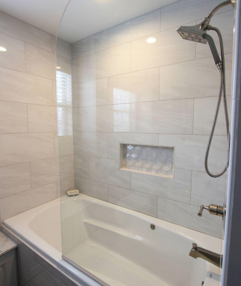 Перегородка з міцного скла відокремлює ванну від загального простору