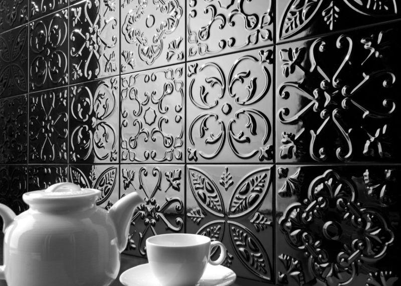 Керамічна плитка з виразною фактурою на кухні