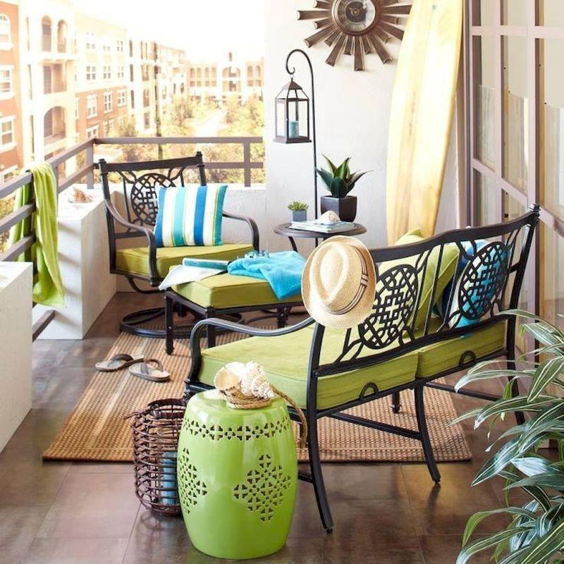 Декор на балконі влітку