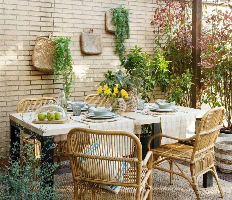 Декор плетеними елементами та рослинами на стіні тераси