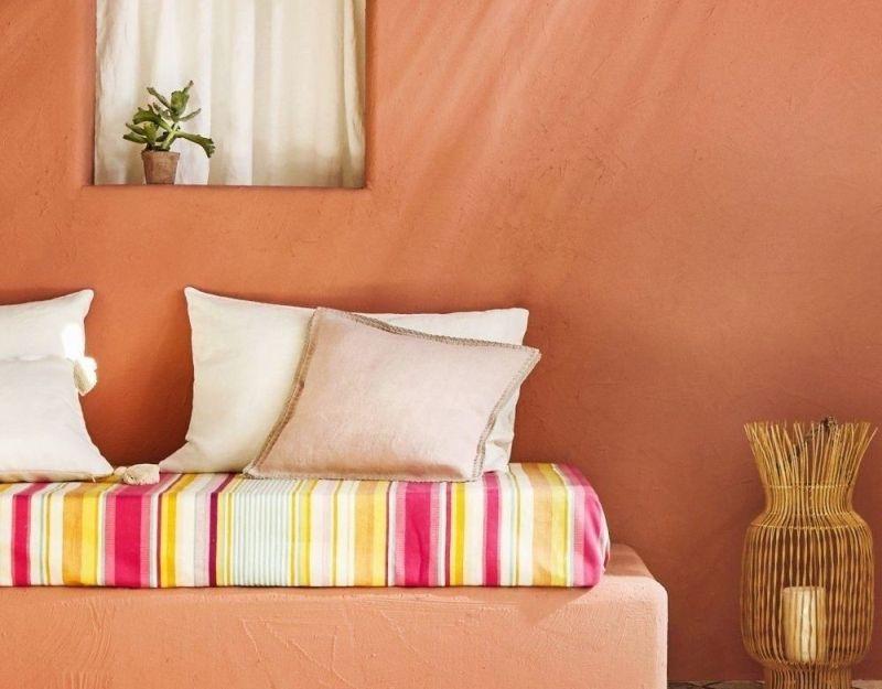 Стіни тераси, фарбовані у теракотовий колір