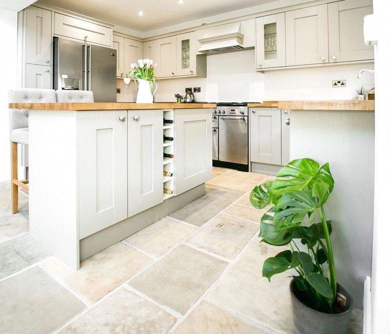 Кам'яна підлога в інтер'єрі кухні